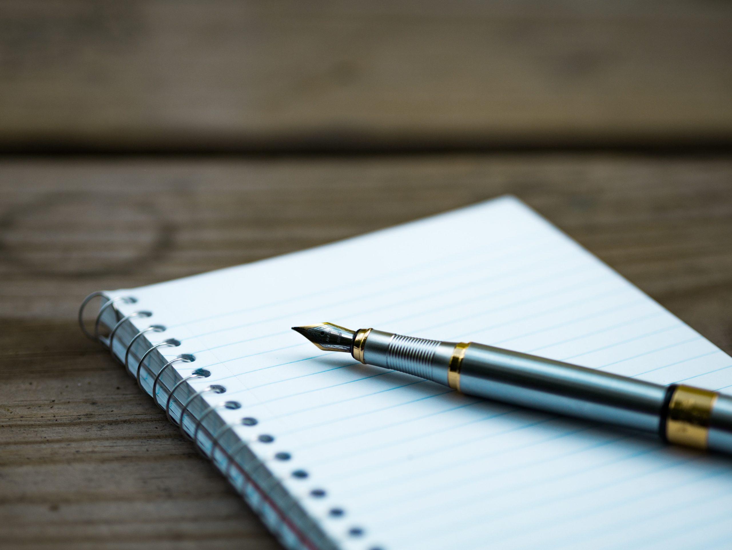 メモを取るノートとペン